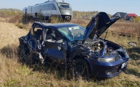 O mașină în care se aflau trei oameni a fost lovită de un tren, în Argeș! Imagini înfiorătoare de la locul accidentului! Foto
