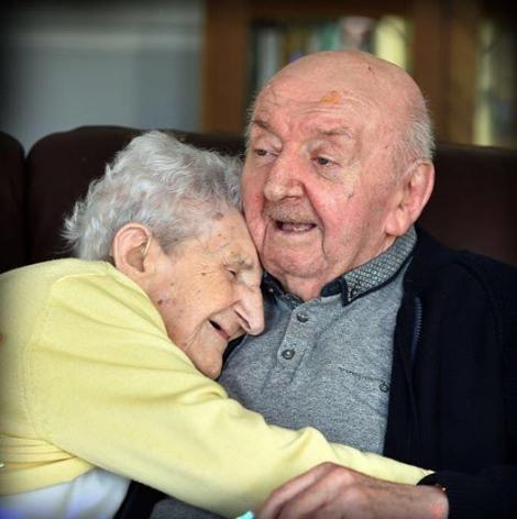 """Are 98 de ani și stă în aceeași casă cu fiul ei de 80 de ani pentru a avea grijă de el. """"Nu încetezi niciodată să fii mămică!"""""""