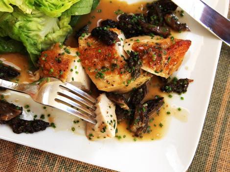 Piept de pui cu ciuperci în vin, deliciu rapid și cu puține calorii! Cum dai gust cărnii?