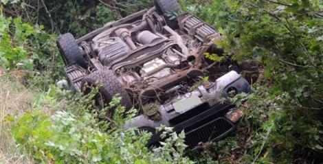 Mașină de teren răsturnată în șanț, în zona Petriș. O persoană a rămas încarcerată