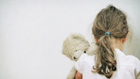 O fetiță de șapte ani care s-a accidentat în pauză, dusă acasă de profesori și lăsată în grija unui frate de 12 ani. Micuța, găsită într-o baltă de sânge