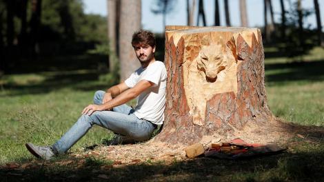 Și-a transformat orașul în galerie de artă pentru turiști! Un tânăr artist sculptează copacii pentru a înfrumuseța orașul natal - FOTO