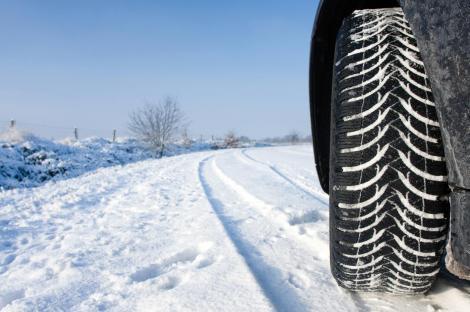 A început oficial sezonul anvelopelor de iarnă! Cu ce amenzi se vor confrunta șoferii care nu respectă legea