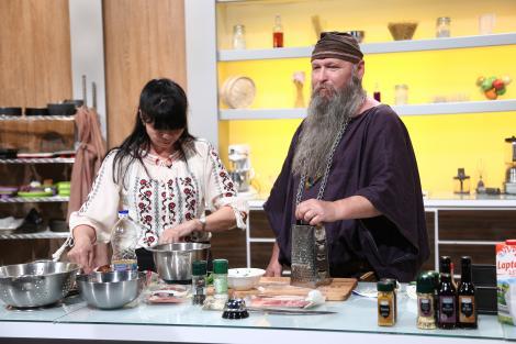 """Jos cuțitele, a venit Duras, regele dacilor! Adrian Bartoș le-a gătit chefilor un preparat de pe vremea lui Decebal: """"OOOO, au venit dacii peste noi!"""""""