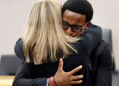 Moment uluitor în sala de judecată! A îmbrățișat-o pe criminala fratelui său, apoi i-a spus ceva incredibil! Toată lumea a rămas mască! Foto