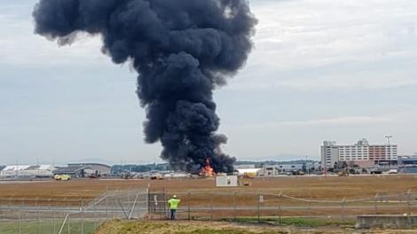 Imagini ca de război! Un bombardier american s-a prăbușit pe aeroport! Șapte persoane au murit   VIDEO