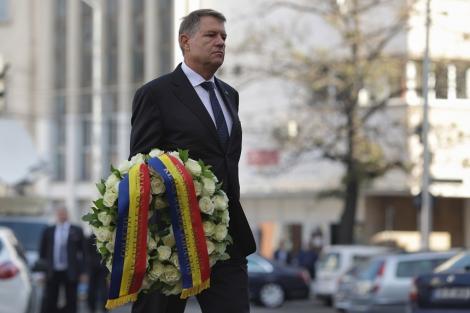 Preşedintele Klaus Iohannis a depus o coroană de flori la Clubul Colectiv, la patru ani de la incendiul în urma căruia şi-au pierdut viaţa 64 de de tineri