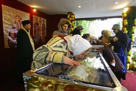 S-a rugat la moaștele Sfintei Parascheva, după ce a părăsit-o logodnicul pentru o altă femeie. La puțin timp după, o minune s-a întâmplat