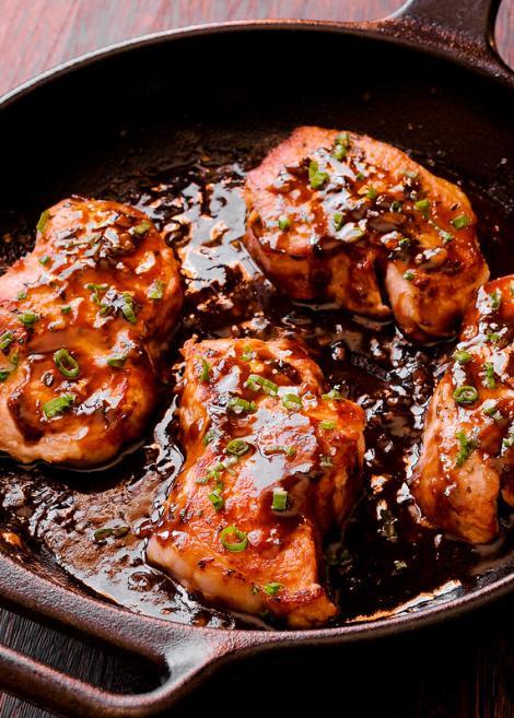 Porc rumenit cu sos de oțet balsamic și miere, deliciu suprem în doar câteva minute!