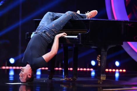 """Credeai că le-ai văzut pe toate? Nici gând! Tom Franek, omul care cântă la pian stând în cap: """"După ore în șir de studiat s-a gândit să se și distreze!"""""""