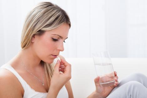Atenție la medicamentele pe care le iei! Cinci situații în care ibuprofenul îți face rău