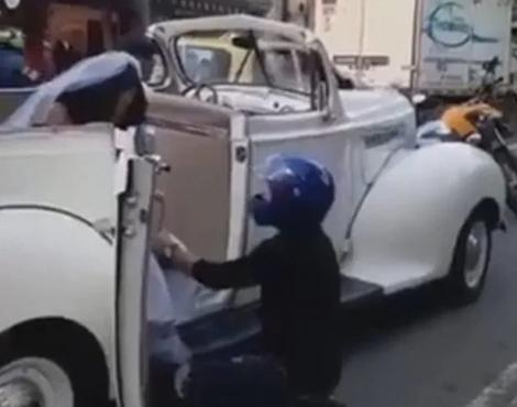 Scenă incredibilă, pe șosea! O mireasă se îndrepta către biserică, dar a fost oprită în trafic de un motociclist! A îngenuncheat în fața ei și i-a spus cele mai emoționante cuvinte! Video