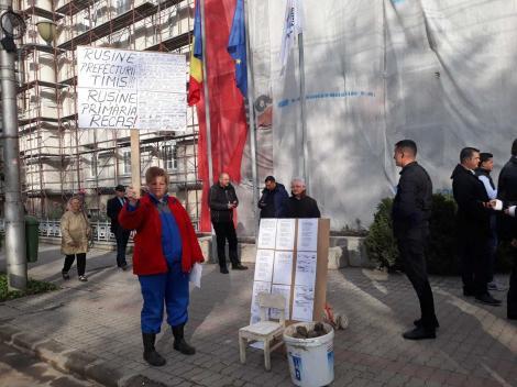"""UPDATE - Premierul Viorica Dăncilă, aşteptată la Timişoara cu pietre de protestatari; oamenii au strigat """"Mincinoasa"""" şi """"Analfabeta""""/ Dăncilă: Asta e România lui iohannis, a adus ura, răzbunarea. FOTO"""
