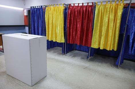 Alegeri prezidenţiale 2019 - Un membru al unei secţii de votare din Dolj, cercetat de poliţişti după ce a aplicat ştampila de vot în locul unei femei de 74 de ani
