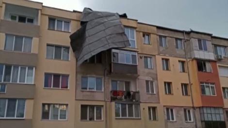 Vremea face ravagii în Hunedoara! Șapte blocuri au rămas fără acoperiș, iar mai multe mașinii au fost avariate