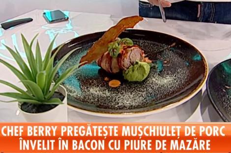 Mușchiuleț de porc învelit în bacon cu piure de mazăre și sos de ardei copt