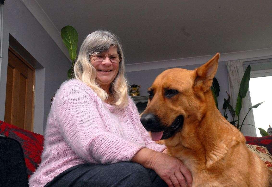 Câinele s-a strecurat în patul stăpânei și a mirosit-o! Animalul și-a dat seama că e pe moarte și a salvat-o!