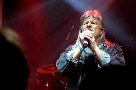 """Muzica românească a mai pierdut o stea! A murit Florian Stoica, solistul trupei Conexiuni. Mesajul sfâșietor al familiei: """"Al nostru soț, tată are un spectacol în fața Domnului"""""""