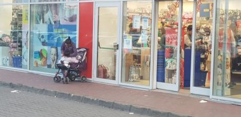 """Scenă emoționantă în fața unui magazin din Alba Iulia. Gestul făcut de o femeie pentru o fetiță săracă: """"Oaaau"""""""