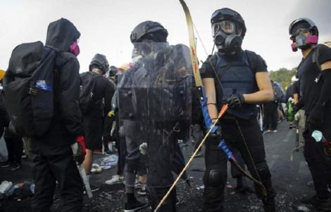 """Poliţia din Hong Kong ameninţă că va trage cu muniţie reală, dacă """"insurgenţii"""" vor mai folosi arme letale"""