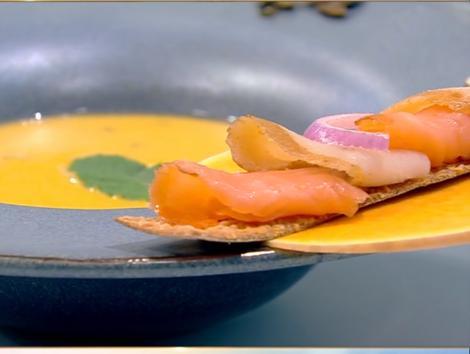 Rețetă de post. Supă cremă de linte cu dovleac și două tipuri de pește afumat