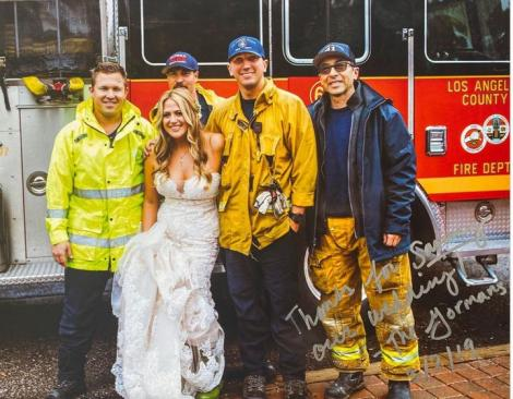 Cea mai spectaculoasă apariție la nuntă! A coborât din mașina de pompieri însoțită de luminile intermitente - FOTO