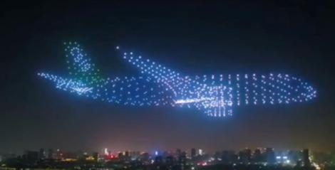 """Spectacol fascinant pe cer! Un """"avion fantomă"""" format din 800 de drone a șocat mii de oameni - VIDEO"""