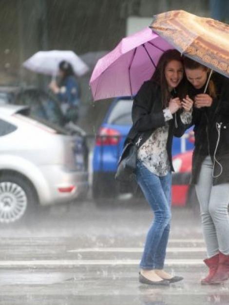 Ploi abundente și temperaturi mai mici cu peste zece grade, în următoarele ore! Care sunt zonele în care vremea se răcește drastic