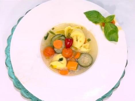 Ce mai putem prepara în post? Supă de post cu tortellini și zucchini