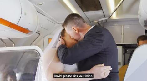 Și-au jurat iubire la 11.000 de metri altitudine! Un cuplu s-a căsătorit în avion în timpul unui zbor - VIDEO