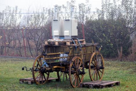"""O căruță, trimisă la război cu poluarea, în România! Imagini inedite! """"Au început oamenii să râdă, așa că am trecut la altă soluție"""""""