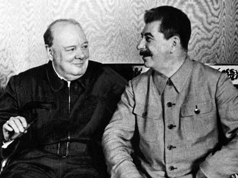 """Hârtia ce-a scufundat România poate fi """"admirată"""". Ne-a adus 45 de ani de comunism. """"O ardem?"""" """"Nu, păstrați-o!"""""""