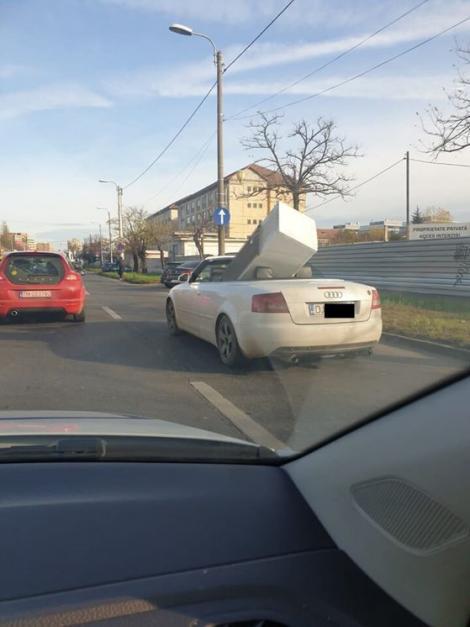 FOTO: Imagini VIRALE în Timișoara! Un frigider, transportat cu mașina decapotabilă! Reacția internauților