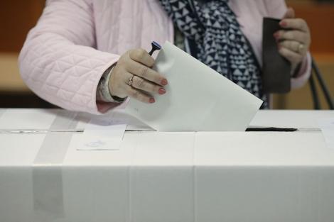 Alegeri prezidenţiale 2019 - Prezenţa la urne cu o oră înainte de încheierea votului în România - 48.95%. La secţiile din diaspora au votat peste 880.000  de români