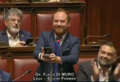 Moment emoționant la o sedință de plen! Un deputat și-a cerut iubita în căsătorie în fața parlamentarilor