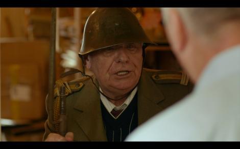"""Nea Mihai a pus mână pe armă și este pregătit să apere Magalița de cotropitori. """"Sunt spioni capitaliști. Vor să ne fure aurul și petrolul!"""""""