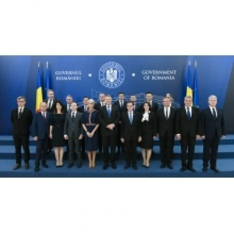 Ludovic Orban şi Raluca Turcan, alături de miniştri la preluarea mandatelor; Victor Costache deschide seria ceremoniilor de astăzi