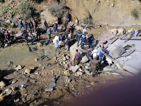 Autocarul morții! Peste 20 de persoane și-au pierdut viață după căderea în gol a unui autocar! Filmul tragediei