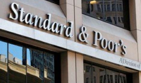 Agenţia de evaluare S&P a revizuit ratingul României de la stabil la negativ din cauza depăşirii ţintei de deficit