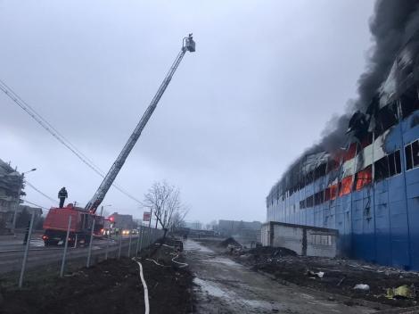 Incendiu la o hală, în construcţie din Câmpia Turzii. Focul se manifestă pe o suprafaţă de aproximativ 4.000 de mp