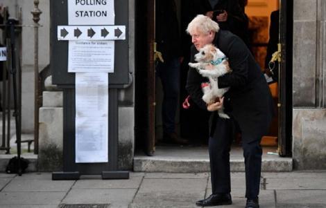 Boris Johnson, Sadiq Khan şi Nicola Sturgeon, între numeroşii britanici care şi-au luat câinii la secţia de votare