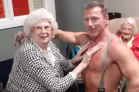"""Dorința bunicuței s-a îndeplinit! Surpriza de infarct pregătită de îngrijitorii unui cămin pentru vârstnici: """"M-am simțit din nou tânără"""""""