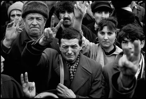 Cine ești, române? Imaginea libertății, fotografiată de un american, în decembrie 1989. Motivul lacrimilor, tulburător!
