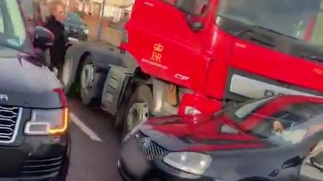 Momentul în care un șofer a cărui mașină e împinsă de un camion este salvat de cântăreața Ellie Goulding