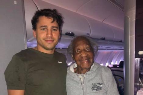 """A impresionat o lume întreagă cu gestul său pentru o bunică de 88 de ani! Ce a făcut pentru ea într-un avion este incredibil! """"A fost bunătate pură"""""""