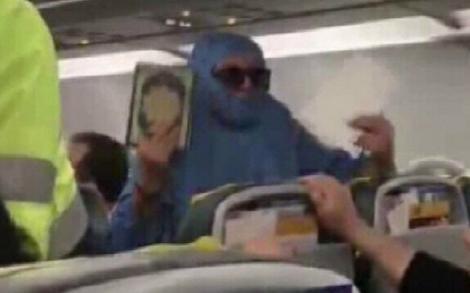 """Panică la bordul unui avion! O femeie a amenințat că se va arunca în aer! """"Am cinci bombe"""""""
