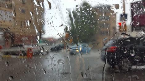 Atenţionare de călătorie emisă de MAE: Cod roşu de ploi, intensificări ale vântului şi valuri puternice, în Portugalia