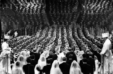 Secta în care trei mii de cupluri din 62 de țări s-au căsătorit în același timp. Aici credința și tradița se îmbină cu traficul de arme