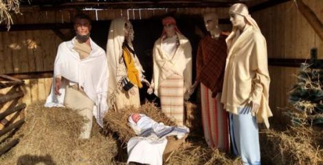 VIDEO/ Timişorenii au rămas mască în clipa în care au văzut decorațiunile de Crăciun! Scena Naşterii lui Iisus a fost realizată cu ajutorul unor manechine de haine