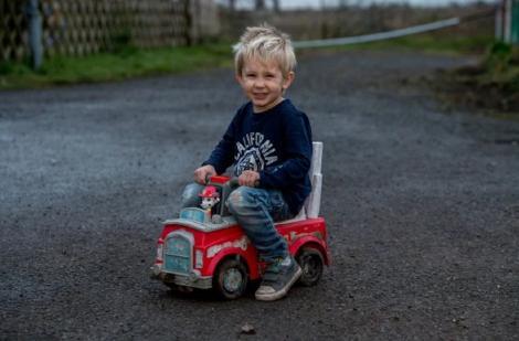 Erou la trei ani! Stefan a gonit sute de metri cu mașinuța de jucărie prin traficul aglomerat, ca să-și salveze tatăl!
